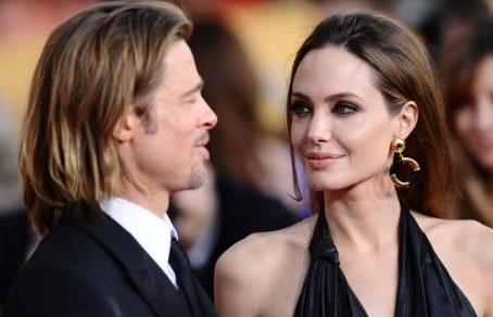 Американские актеры Анджелина Джоли и Брэд Питт официально обручились