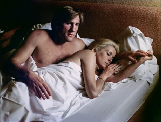 Жерар лежит с женщиной
