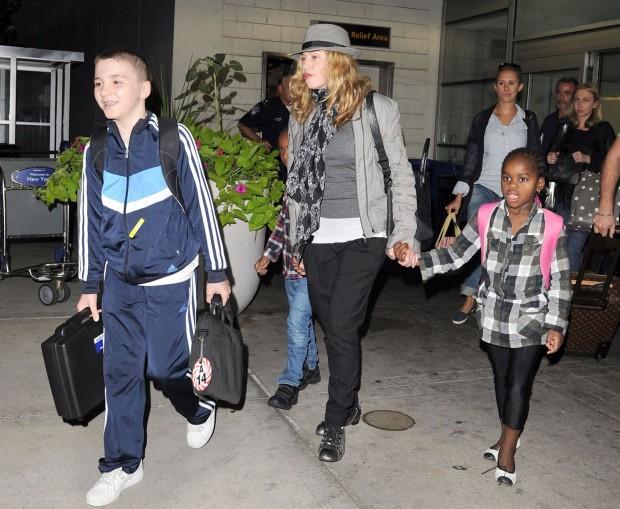 Мадонна со своей семьей выходит из аэропорта