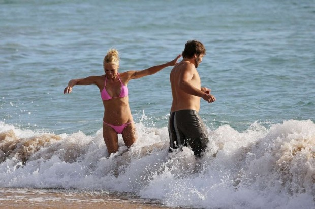 Пэм и Рик Саломон отдыхают на пляже