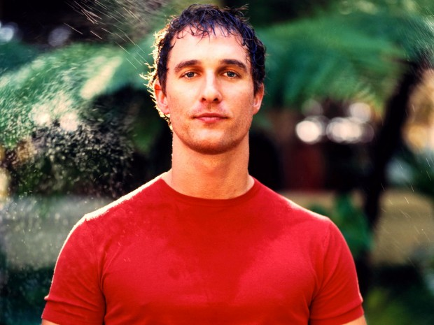 Мэттью Макконахи в красной футболке