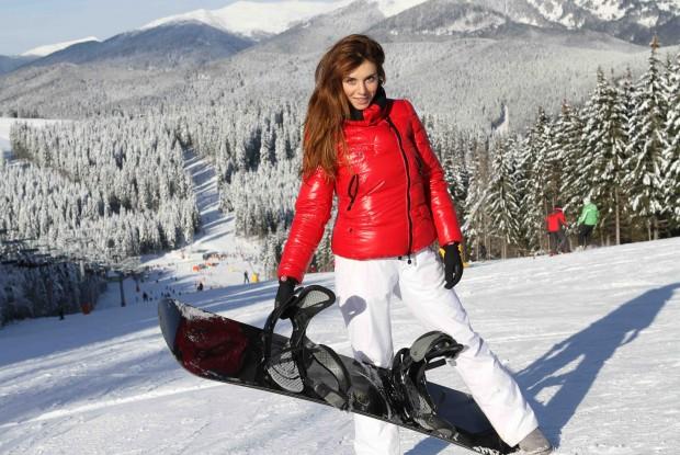 Седокова со сноубордом на горнолыжном курорте. Аня - большая любительница спорта и активного отдыха