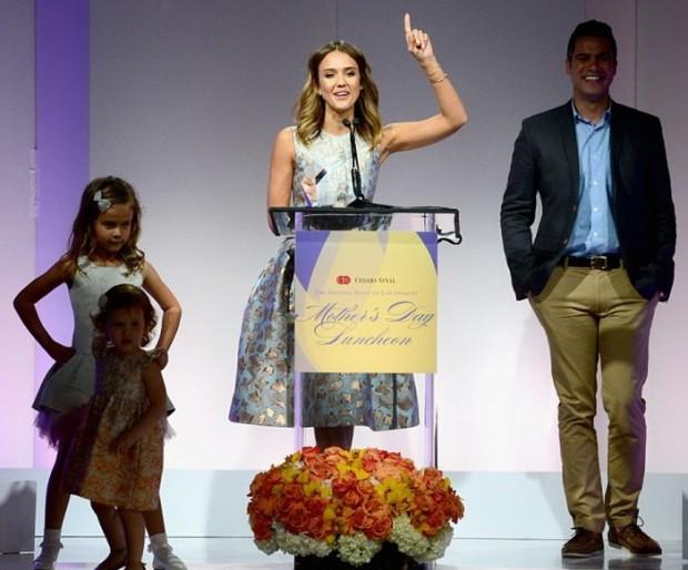 Фото с церемонии вручения награды. Вся дружная семья в сборе