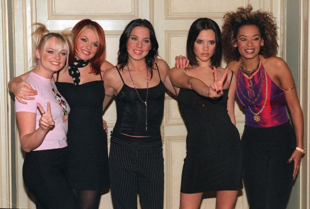 """Группа """"Spice Girls"""", 1997 год. Виктория Адамс - вторая справа"""