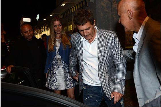 Антонио Бандерас появился с новой девушкой в Каннах