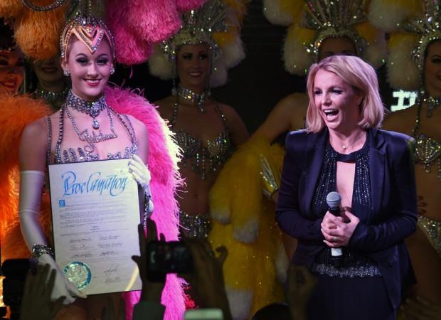 Бритни Спирс вручают сертификат в Лас-Вегасе