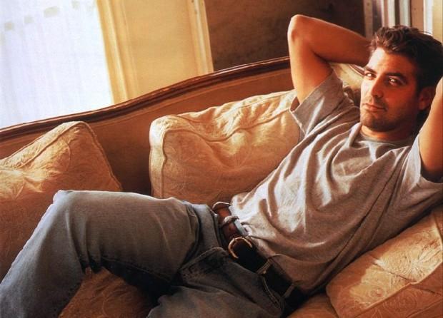 Джордж Клуни лежит на диване