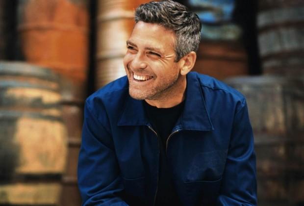 Джордж Клуни улыбается