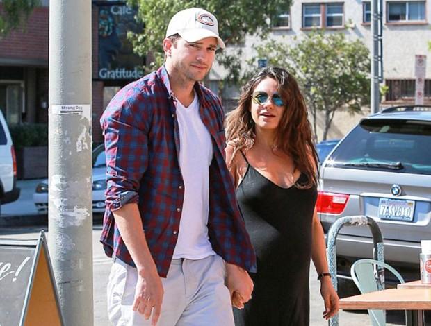 Эштон Катчер и беременная Мила Кунис на прогулке