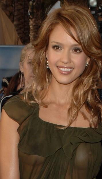 Платье Джессики просвещалось от вспышек папарацци на вручении премии MTV
