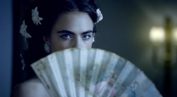 Кара Делевинь с веером в ролике Шанель