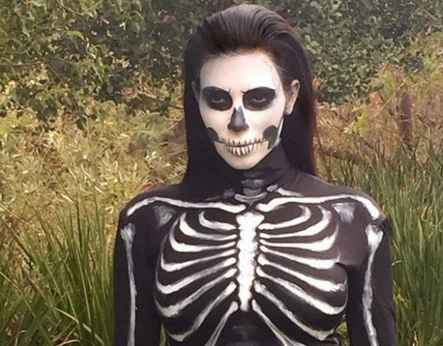 Ким Кардашьян в косnюме скелета