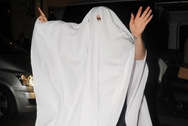 Леди Гага в костюме привидения