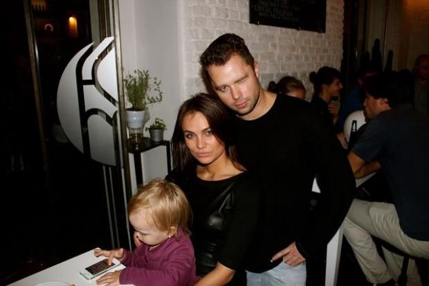 Виталий со своей дочкой Миланой и бывшей женой на мероприятии