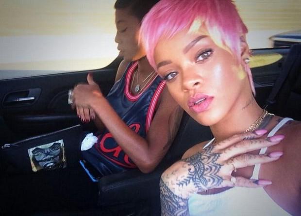 Розовые волосы Рианны