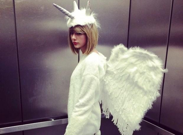 Тейлор Свифт в костюме единорога