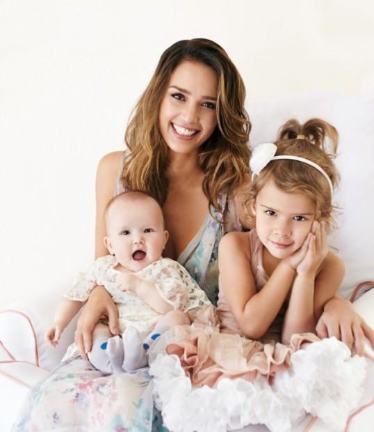 Альба с любимыми дочерями