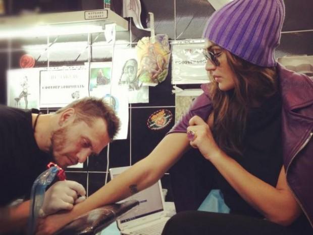 Алёна Водонаева делает тату