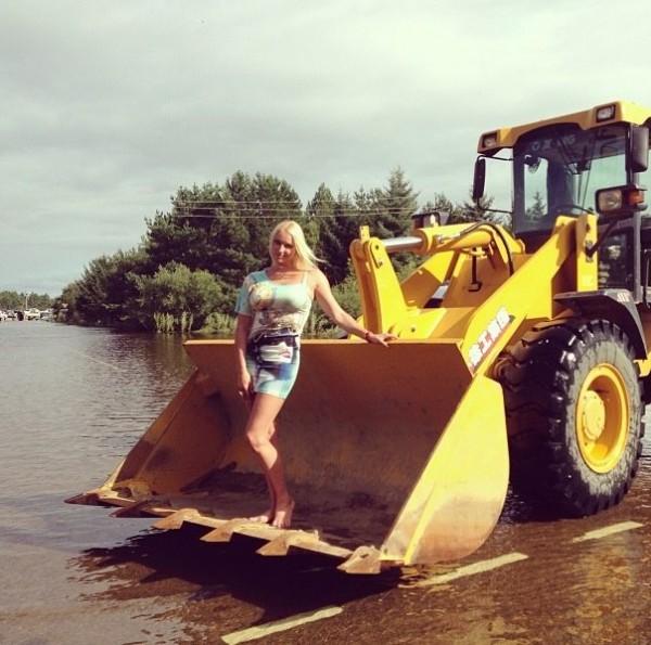 Анастасия Волочкова,Дальний Восток,фото,скандальное,балерина,в ковше,наводнение