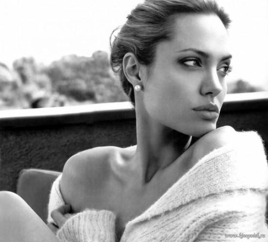 Анджелина Джоли, использующая детскую присыпку для ухода за волосами