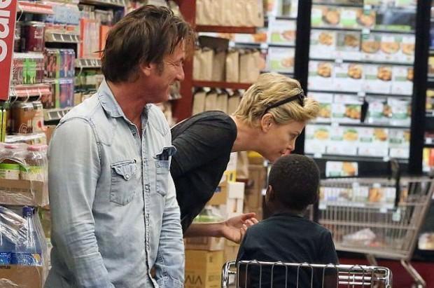 Шон Пенн и Тарлиз Терон в супермаркете