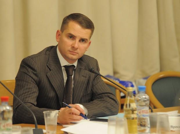 Депутат от ЛДПР Ярослав Нилов сидит за письменным столом