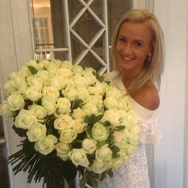 Бузова с огромным букетом роз от любимого супруга
