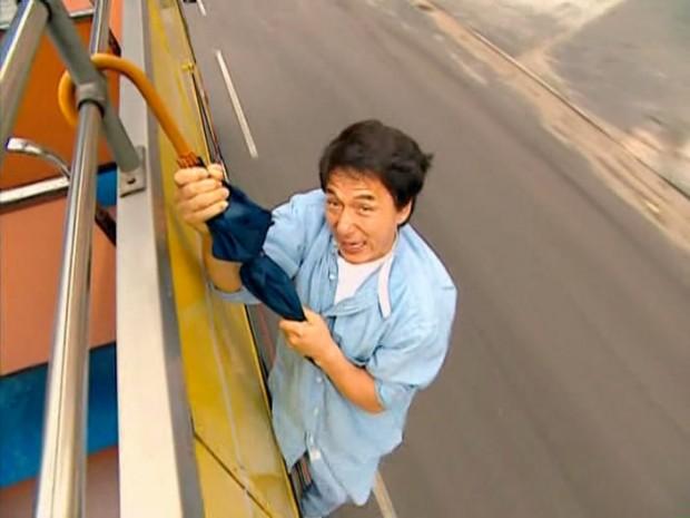 Джеки Чан исполняет опасный трюк