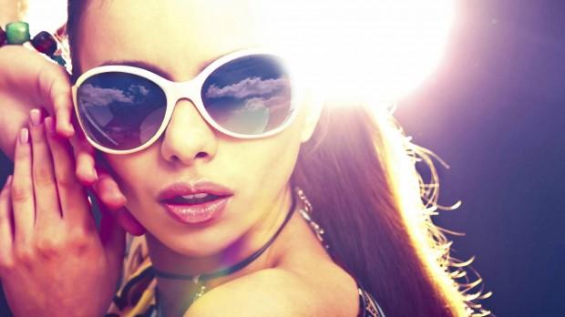 девушка в очках, стильные акссесуары