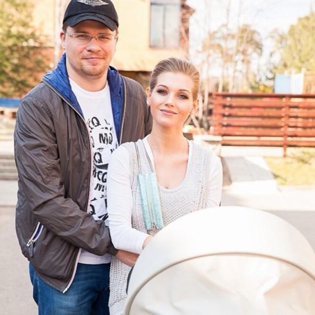 Харламов, Асмус стали родителями. В коляске - маленькая Настенька :)
