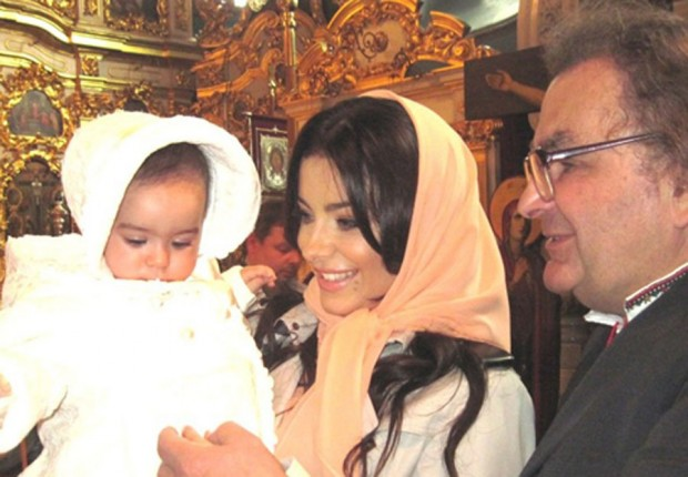 Ани Лорак в церкви со своей дочерью