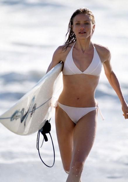 Кэмерон Диас бежит по пляжу с доской для серфинга