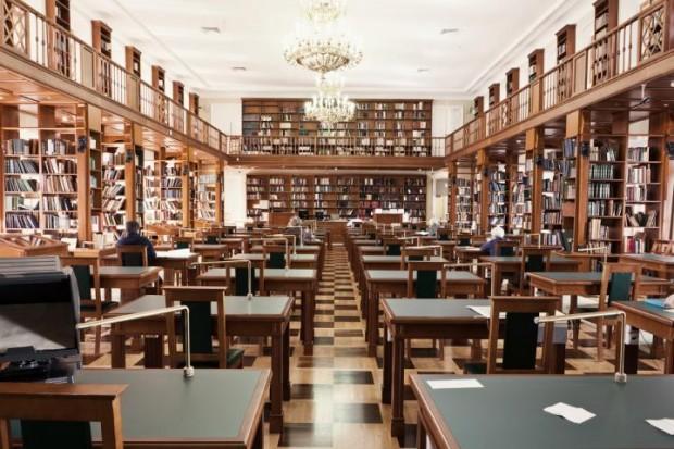 Читальный зал в крупной библиотеке