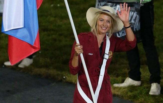 Мария Шарапова с российским флагом