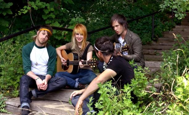 участники группы Paramore играют на гитаре и поют
