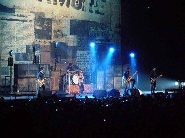 момент выступления рок-группы Paramore