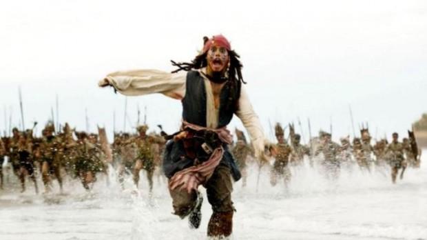 """Кадр из """"Пиратов Карибского моря"""". Джек Воробей в ужасе убегает"""