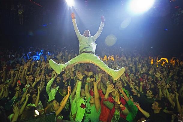 Рэпер прыгает в толпу на одном из своих концертов