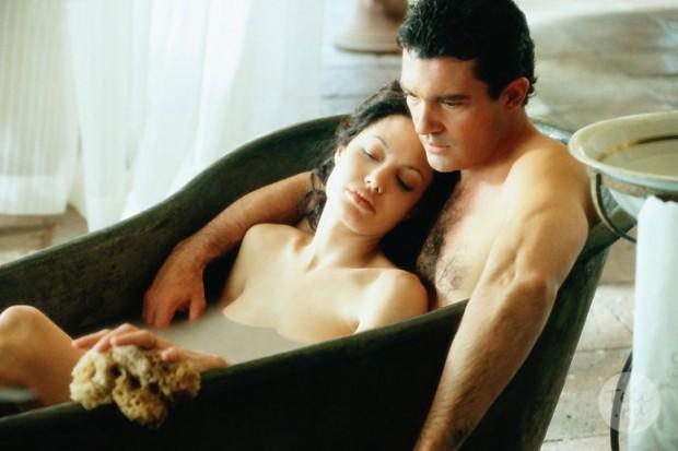 """Кадр из фильма """"Соблазн"""".  В фокусе - Анджелина Джоли и Антонио Бендерас"""