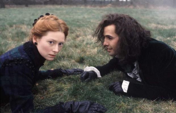 Тильда Суинтон и Билли Зейн лежат на траве