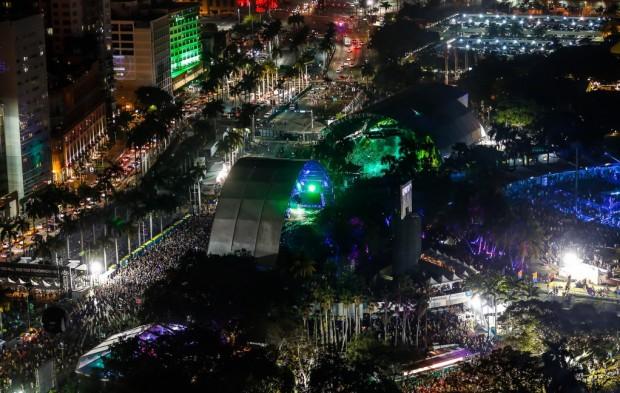 Армин выступает на фестивале Ultra Music Festival в Майами. Вид сверху