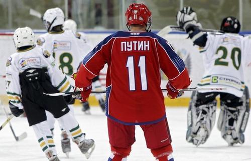 Владимир Путин катается на коньках на хоккейной тренировке 15 апреля в Москве
