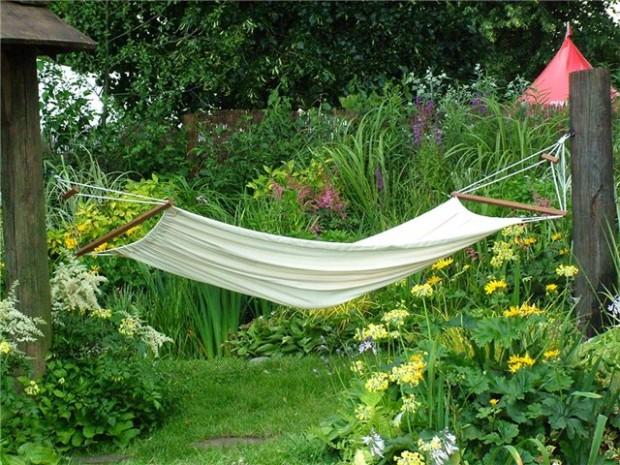 Как повесить гамак в саду