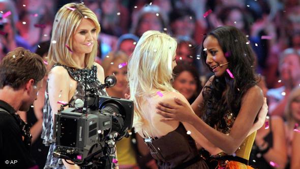 Финал сезона 2009 года. Слева - Хайди Клум. Справа - победительница Сара Нуру