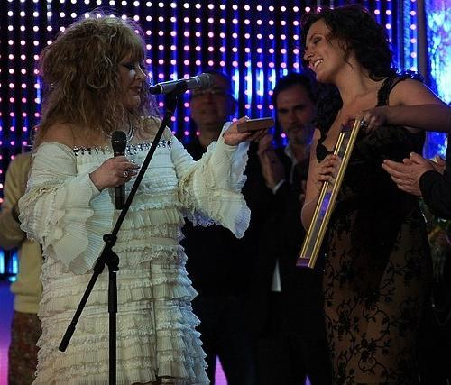 Алла Пугачева вручает приз Миле Нитич