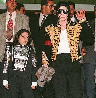 Майкл Джексон и 12-летний Омер Бхэтти на первой встрече в 1996 году