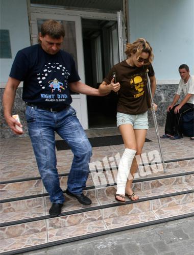 Передвигаться на костылях Свете помогает охранник Анатолий