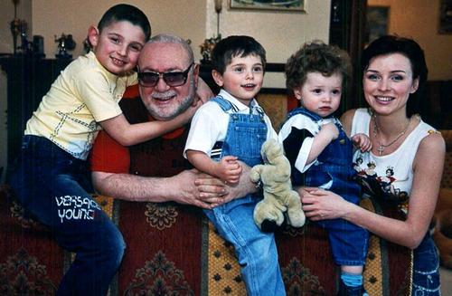 Ян Табачник с супругой - певицей Татьяной Недельской, и детьми