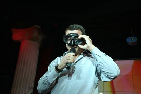 Тимофей Нагорный, который был и организатором праздника, и ведущим, умудрился продать первую маску Олимпийской чемпионки за 2000 грн. одному из гостей