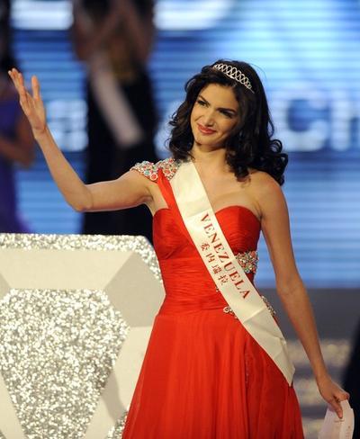 Адриана Васини из Венесуэлы, занявшая третье место на конкурсе «Мисс Мира 2010»